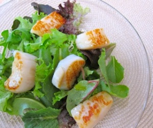 caramelized scallops with baby greens and meyer lemon vinaigrette: a simple and healthy entrée of scallops served over dressed greens.